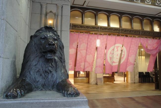 本館「ライオン口」には、シンポリックな桜の「暖簾」をかけ、お客さまをお迎えします。