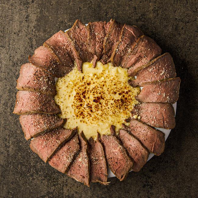 オリジナルチーズとローストビーフを同時に堪能できる肉ボナーラ