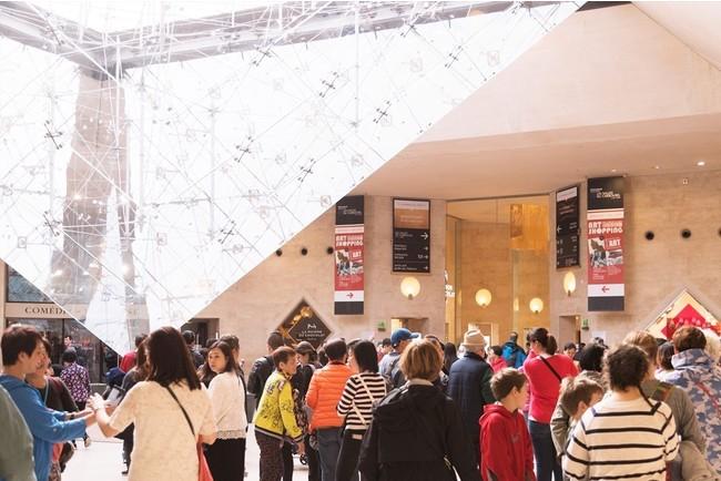 ルーヴル美術館ピラミッドの真下に位置する「サロン・アート・ショッピング・パリ」会場エントランス