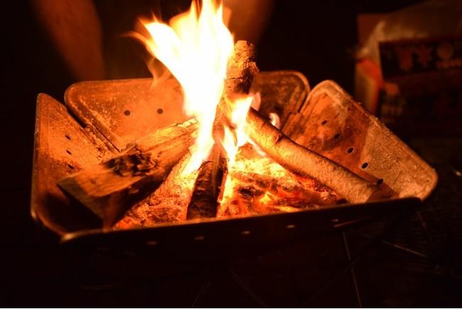 焚き火を囲めば心も温まる