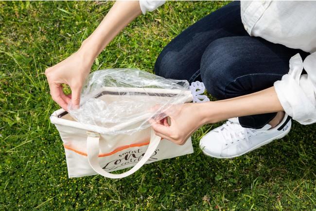 2.ビニール袋をバッグの両端に引っ掛けて固定します。
