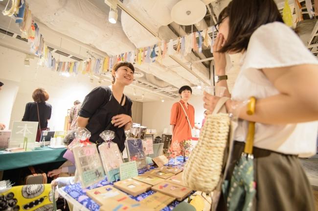 「ひとはこ古本市」では受講生・卒業生が一日店主として来場者との会話を楽しむ