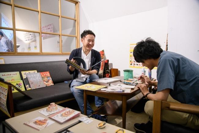 文字とことばのデザインユニット「二歩」は自作絵本の読み聞かせやにがおえで家族連れに大人気