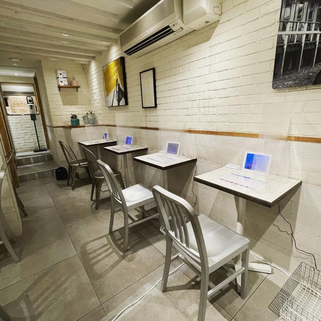 各テーブルに設置されたモニターで気検査方法の動画を見ながら検査ができます。