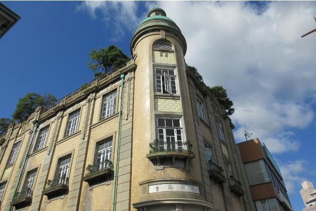 緑色の塔屋が目を引く「旧秋田商会ビル」