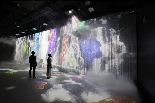 古事記をモチーフに古来からの日本の自然観を巨大スクリーンで表現した(2020年ドバイ国際博覧会日本館 提供)