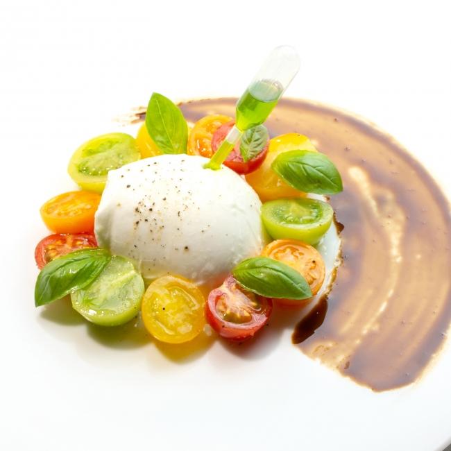 トマトと最高級水牛モッツァレラチーズのカプリ風サラダ