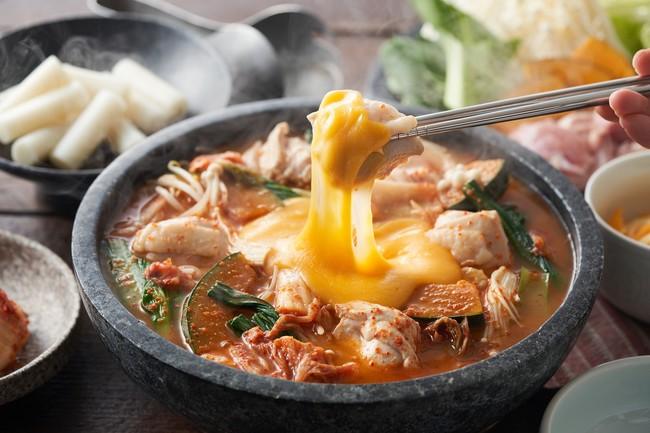 ▲コクうまチーズを絡めて!チーズタッカルビ鍋(韓国)