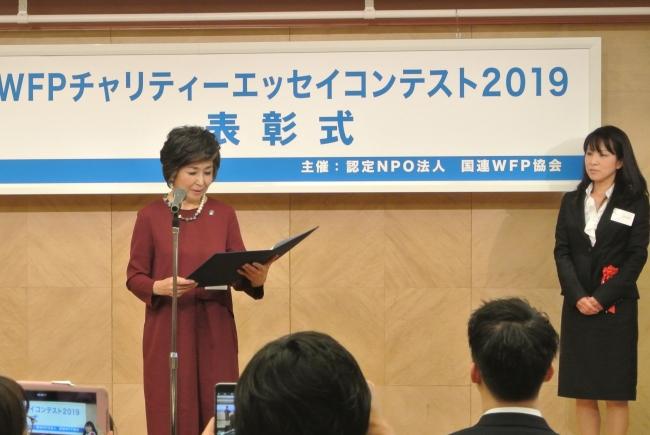 朗読する竹下さんとWFP賞受賞者の川口ひろみさん(C)JAWFP