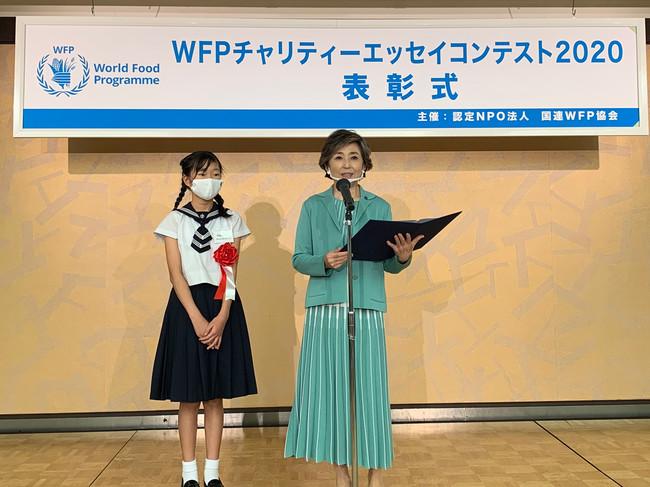朗読する竹下さんとWFP賞受賞者の相蘇 仁那さん(c)JAWFP