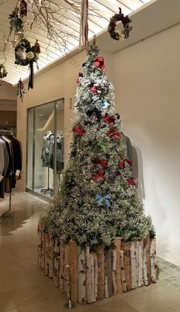 フラワーアーティストMassa Nakagawaさんがつくった雪が積もった様な白い小花によるクリスマスツリー