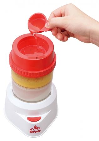 (3)オイルロートをセットし、食用油を付属スプーン3杯入れ、3分かくはんします。
