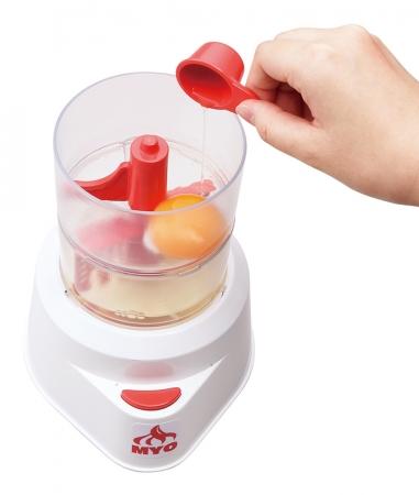 (2)メレンゲカップにマヨネーズカップを重ねてセットし、そこに黄身、酢、塩、コショウを入れ2分かくはんします。