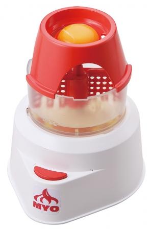 (1)卵を割って、黄身と白身を分離させます。白身を下層のメレンゲカップに落とします。
