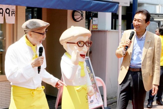 フードメディア(FoodMedia)が提供する。オープニングセレモニーの様子。テリー伊藤氏(左)、渡邉取締役ファウンダー。