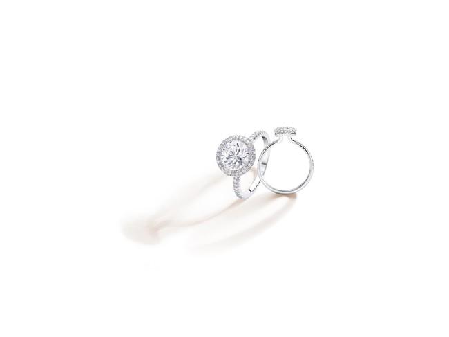 エンゲージメントリング「ピアジェ パッション」(0.3ct~) 607,200円~(プラチナ、ダイヤモンド)
