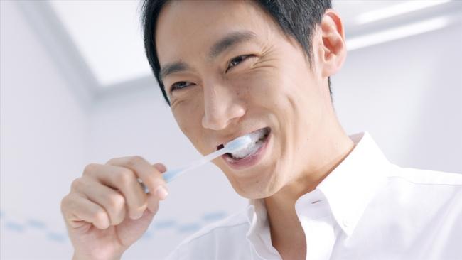爽やかに歯を磨く小泉孝太郎