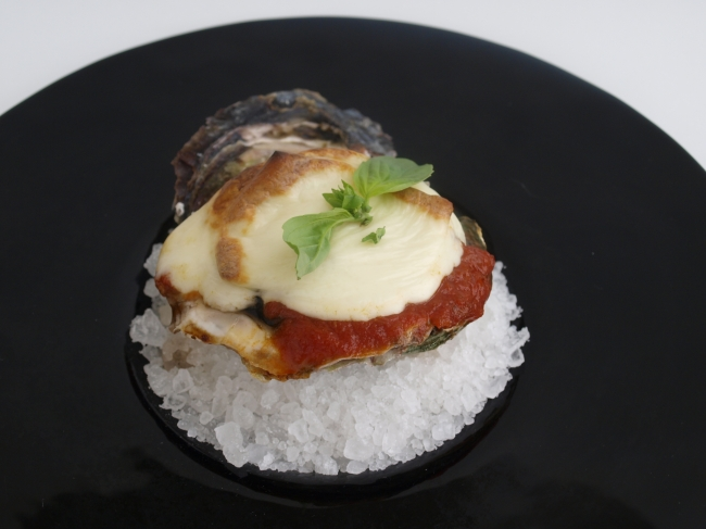 岩牡蠣とモッツァレラチーズ、トマトソースのオーブン焼き