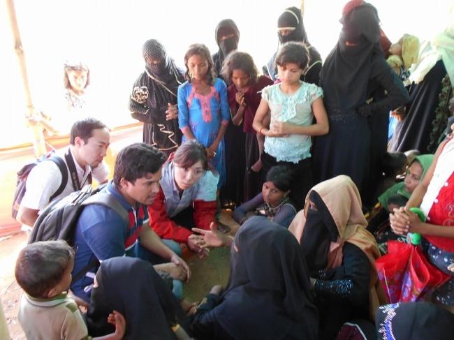 避難民の女性から話を聞くAAR緊急支援チームの古川千晶(中央)。この女性は、襲撃で親戚を亡くし、8人の子どもと共に川を超えて逃げてきた(2017年11月7日、バングラデシュ)