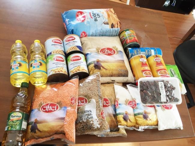 AARでは品質の検査を行った米、小麦粉、豆類、油など、シリア人の食生活に欠かせない17品目の食糧を食糧不足に苦しむシリア国内の人々に配付しています