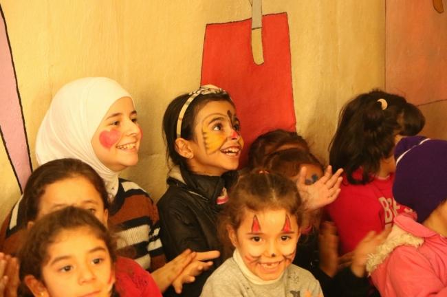 AARがトルコで支援しているシリア難民の子どもたち。コミュニティセンターを運営し、トルコ語講座や補習講座を提供するほか、さまざまな傷を抱えた子どもたちが心安らぐ時間が持てるようイベントなども開催