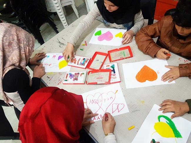 AARがトルコで運営するシリア難民のためのコミュニティセンターに通う子どもたちが描いたイラストを使用