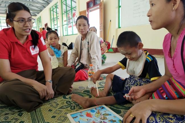 障がい児に合わせた学習サポートをするAARミャンマー事務所の理学療法士(2019年1月)
