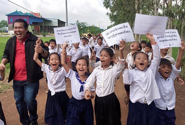 AARがカンボジアで実施するインクルーシブ教育推進事業の一環で、障がいのある子どもたちの就学を促すキャンペーンの様子(2018年10月)