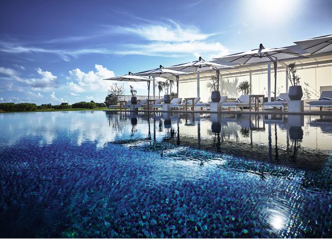 目線の先に豊かな自然を望む、クラブインターコンチネンタルのお客様だけがアクセスできるインフィニティ―プール