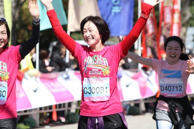 色とりどりのウエアに身を包み、笑顔で駆け抜ける女性ランナーたち-2