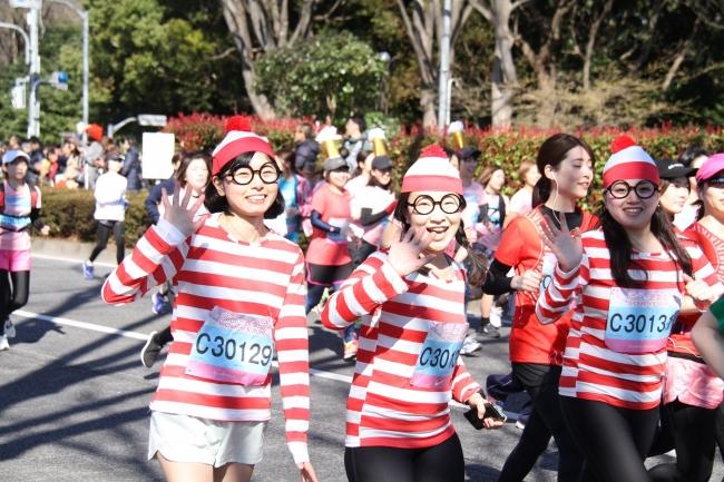 色とりどりのウエアに身を包み、笑顔で駆け抜ける女性ランナーたち-1