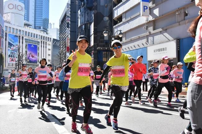 色とりどりのウエアに身を包み、笑顔で駆け抜ける女性ランナーたち-3