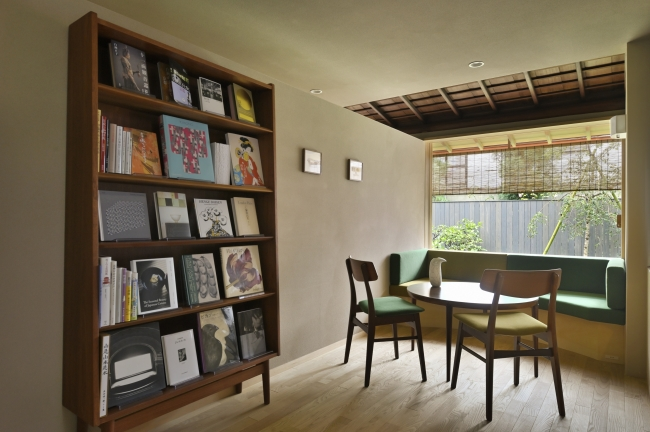 カフェスペース  ブックディレクター 幅氏が選書した書籍が並ぶ