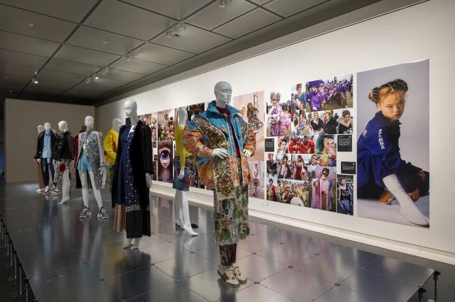 「ドレス・コード?」展(京都国立近代美術館 2019年):(C)京都服飾文化研究財団、福永一夫撮影