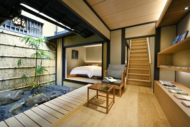 坪庭を囲むように配置されたライブラリーとベッドルーム