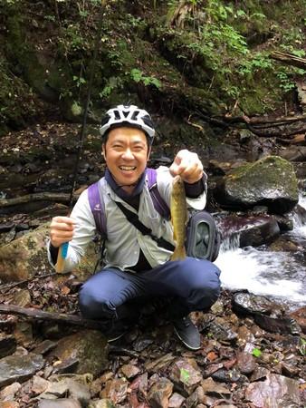 渓流刷りを楽しむ辻浦氏。自転車は様々なアクティビティをリンクさせて楽しめます。
