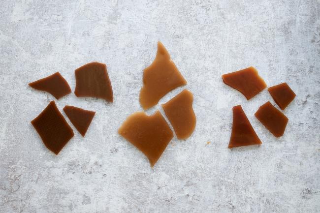 画像左から順に、てんさい糖、三温糖、白砂糖のトフィー