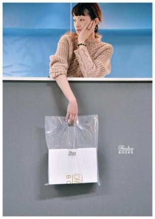 7fece71f03b8 本商品は、日本のファッションブランドTHEATRE PRODUCTS(シアタープロダクツ)が、本フェアのためにデザインしたギフトボックスに、  日比谷花壇オリジナルの ...