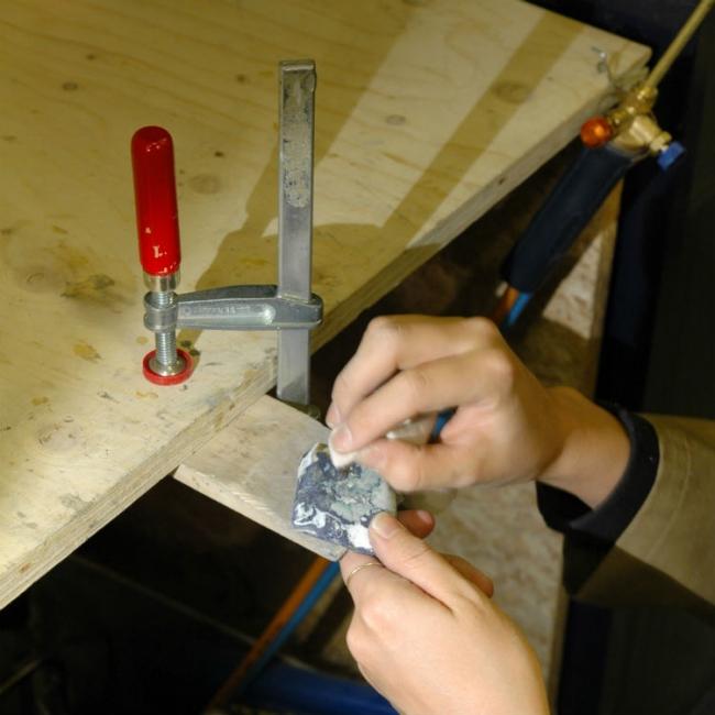 拾い集めた素材を溶かし固め、石を扱うようにカットし、丁寧に磨き上げていく