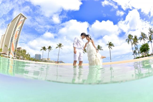 ウェディングドレスのまま海に入って、  ハワイの美しい海を満喫できる!