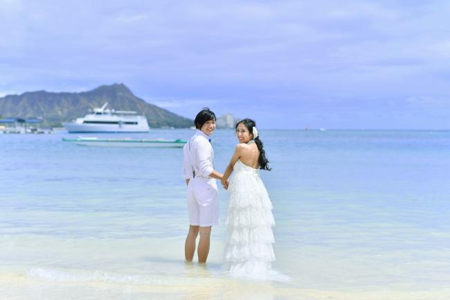 ハワイの象徴ダイヤモンドヘッドを望むビーチでフォトウェディングが叶う
