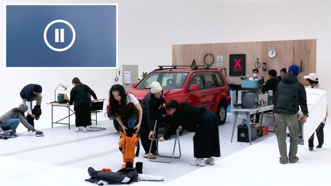 セットチェンジは、日産車の移動とモデルの衣装・メイクチェンジが同時進行しました。