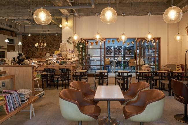 (株)グランドレベルが企画・運営する「喫茶ランドリー」(写真:阿野太一)