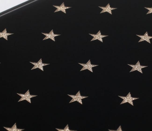 輝く星柄のラメがアクセント
