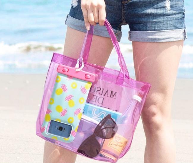 バッグなどに簡単に取り付けられるカラビナ付き
