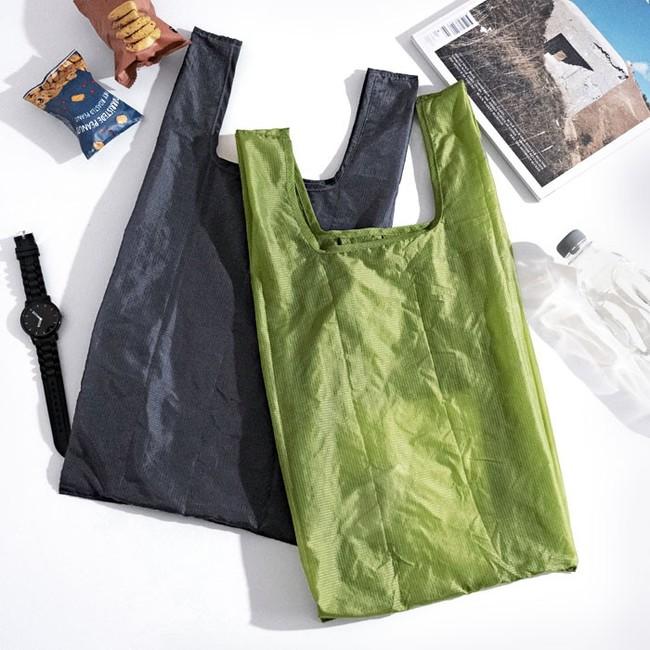 食品や日用品など、買い物が多種になるときに便利なコンビニ袋のLサイズ