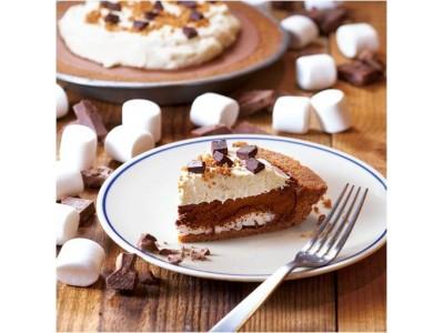 """チョコレートムースの濃厚な味わいとマシュマロのふわふわ食感がクセになる!アメリカで広く愛されるやみつきスイーツ""""スモアサンド""""をパイで再現「S'more Pie(スモアパイ)」が登場"""