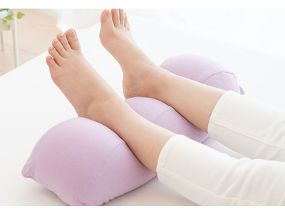 累計7万個売れた「王様の足枕」にスキンケア加工をプラスした「王様の足枕 レディース」、4月22日新発売。