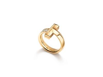 ティファニーが誇るアイコンコレクション「Tiffany T1(ティファニー T ワン)」から、新作のワイドリングとワイドバングルが登場。