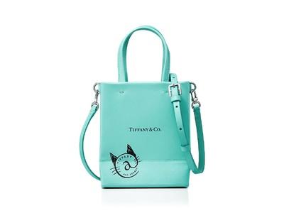 ティファニー、コンセプトストア「ティファニー@キャットストリート」アイコニックなショッピングバッグを模した限定レザーバッグが登場